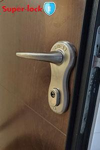 התקנת ידיות בדלת